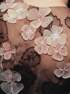 Такие цветочки довольно просто сделать: рисуем контур на органзе и прошиваем по нему плотным зигзагом, после чего вырезаем! Можно воспользоваться крахмальным раствором, если нужно придать им жесткости.