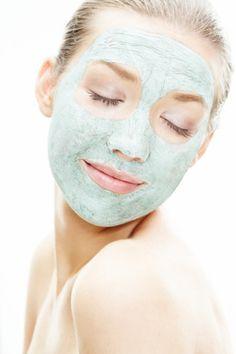 Huevo y yogurt: ideal para todo tipo piel. Esta sencilla máscara te ayudará a hidratar el rostro al máximo, sobre todo en temporada invernal. ¿Cómo hacerlo? Mezcla dos claras de huevo con dos cucharadas de yogurt sin sabor. Aplícalo por 10 minutos y retira con agua tibia.