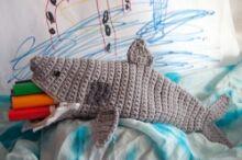Een haai etui!! Welke stoere jongen vindt dat nou niet leuk? Ik vind hem in ieder geval erg gaaf. Het is een Engels patroon van Moogly.