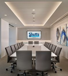 Конференц-зал на 18 мест, большой экран и стена украшенная картинами