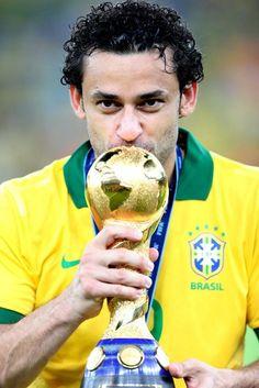 GRA331. RÍO DE JANEIRO (BRASIL), 30/06/2013.- El delantero brasileño Fred besa el trofeo, tras vencer a España en la final de la Copa Confederaciones 2013 disputada hoy en el estadio de Maracaná, en R