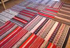 This kind of rag rug is the most inspirational and impressive idea Potholder Loom, Big Rugs, Textiles, Scandinavian Interior Design, Tapestry Weaving, Recycled Fabric, Woven Rug, Floor Rugs, Soft Furnishings