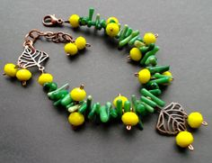 bracelet. green Coral. yellow crystals. por TatjJewelryWithSoul