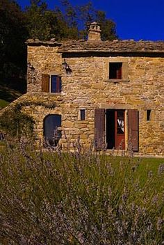 Casa Fonte delle Foglie Frances Mayes' Retreat in the Cortona Hill oh my, is that lavender? Italian Home, Italian Villa, Restoration, Under The Tuscan Sun, Villas, Countryside, Lavender, Italy, France