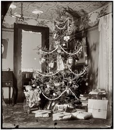 December 1900. Christmas tree in the home of Wilbur and Orville Wright at 7 Hawthorn Street in Dayton, Ohio, three years before their famous flight. 4x5 dry-plate glass negative by the Wright Brothers. There's a lot of detail here for fans of old-school Christmas decoration