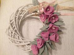 Στεφάνι με λουλούδια απο πηλο