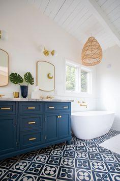 Relaxing Bathroom Ceiling Lights Ideas For Cozy Bathroom To Try - Bathroom Ideas Design Living Room, Design Room, Home Design, Modern Design, Bohemian Bathroom, Relaxing Bathroom, Parisian Bathroom, Eclectic Bathroom, Dream Bathrooms