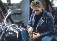 Richard Dean Anderson (Macgyver) on a motorbike Macgyver Richard Dean Anderson, Angus Macgyver, Macgyver Original, Fantasy Tv, James Dean, Popular Movies, Movie Photo, Stargate, Actor