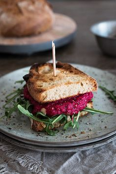 Veganer Rote Bete Brotaufstrich / seelenschmeichelei.blogspot.de Vegetarian Recipes, Healthy Recipes, Healthy Food, Health Dinner, Sweet Breakfast, Vegan Breakfast, Lunch To Go, Vegan Burgers, Wrap Sandwiches