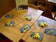 Muizentelspel; Zoek een leuke kleurplaat van een muis en teken hierop stippen. Leg er een dobbelsteen bij en gele blokjes. Telkens als er gegooid is met de dobbelsteen mogen er evenveel blokjes op de muizen gelegd worden.