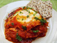 """""""Shakshouka""""este un preparat de origine tunisiană, constând din ouă poşate într-un sos de roşii, ardei, ceapă, adesea condimentate cu chimen. Este simplu de gătit şi foarte gustos, putând fi servit atât la micul dejun cât şi la cină. """"Shakshouka"""" apare, în variante similare, şi în bucătăriile altor ţări: • Menemen (Turcia) • Huevos rancheros (Mexic)... Read More"""