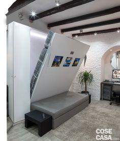 Mobilier cu funcții multiple pentru amenajarea practică a unei garsoniere de 30 m² din Italia Diy Furniture Plans, Living Furniture, Home Decor Furniture, Modern Bedroom Design, Bed Design, Interior Design Living Room, Design Interior, Cama Murphy, Murphy Bed