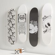 Live long and skate! Display this cool mounted Skate Deck Wall Decor set in your room like the walls of a skate shop. Black-and-white graphic art adorns these decks and add an edgy twist to your space. Skateboard Deck Art, Skateboard Design, Cool Deck, Diy Deck, Deck Construction, Cool Skateboards, Skate Decks, Wall Decor Set, Wall Decorations