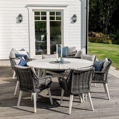 Et hyggeligt rundt spisebord til haven i hvidmalet akacietræ Outdoor Furniture Sets, Outdoor Decor, Hygge, Home Decor, Interior Design, Home Interior Design, Home Decoration, Decoration Home, Interior Decorating