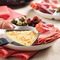 Voici une recette de raclette dans sa forme la plus classique. Le fromage à raclette a pris naissance dans le canton du Valais, en Suisse. Depuis, ce succulent produit a fort heureusement traversé la frontière helvétique!  Utilisant du véritable fromage à raclette et des charcuteries, cette version est accompagnée de marinades. C'est ainsi que, traditionnellement, les Suisses servent la raclette. Il ne s'agit pas là d'une simple habitude. En fait, cornichons, oignons et autres...