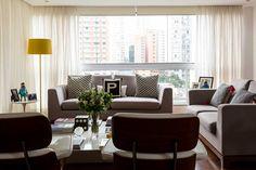 Decoração de apartamento, cobertura, da dona da Blue Birds Shoes. Na sala, sofá cinza, plantas e adornos na mesa de centro, poltrona, luminária amarela de chão e luz natural    #decoracao #decor #design #OpenHouse