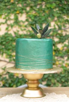 One-Tiered Green Cake with Gold Details | Wedding Cake