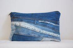 Embrague de mezclilla grande / bolsa de viaje / o bolsa | Etsy Jeans Azul, Denim Bag, Grande, Throw Pillows, Etsy, Fashion, Bag, Zippers, Voyage