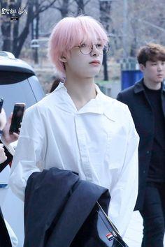 """""""180328 언니네라디오 퇴근  #형원 #몬스타엑스  #THE_CONNECT #DEJAVU #JEALOUSY   @OfficialMonstaX"""" Monsta X Hyungwon, Rpg, Pink, Rosa Hair, Roses, Rose, Role Play, Vs Pink"""