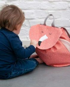 RUCKSACK MINI | MRS FLAMINGO  Der Mrs. Flamingo Mini Rucksack aus einem Flamingo Print und kleinen süssen Details. Er eignet sich ideal für den Kindergarten oder auch für Ausflüge. Der originelle Kinderrucksack sorgt für Spass & Freude bei den Kindern!   Der Rucksack bietet ausreichend Platz für alles, was Kinder für unterwegs benötigen. Mini, Fashion Backpack, Kindergarten, Kids Fashion, Backpacks, Bags, Style, Comfy Casual, Nursery Room Ideas