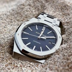 🐫 In a world of shifting sand: Audemars Piguet Royal Oak Self-Winding has a clean-cut look which makes it timeless. It is made entirely of stainless steel and features a dark blue grande. Audemars Piguet Gold, Audemars Piguet Diver, Audemars Piguet Watches, Stylish Watches, Luxury Watches For Men, Cool Watches, Ap Royal Oak, Limited Edition Watches, Beautiful Watches