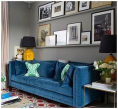 Inspirations 2019 BLUE SOFAS An elegant and harmonious color blue will be perfect for a living room at the forefront of design summer trends! The post Inspirations 2019 appeared first on Sofa ideas. Beige Living Rooms, Transitional Living Rooms, Living Room Colors, Living Room Sofa, Living Room Interior, Living Room Designs, Living Room Decor, Shelves Over Couch, Above Couch
