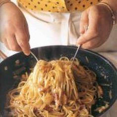 Spaghetti Carbonara - Lydia @keyingredient #cheese #chicken #bacon