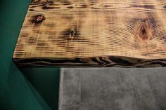 E' un tavolo da colazione realizzato in legno massello di abete, bruciato al cannello e successivamente trattato con un vetrificante opaco per aumentare la resistenza e durabilità del top. La base è un telaio in scatolato di ferro verniciato.