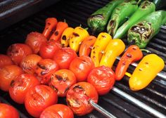 tomatoes and peppers on the grill Cooking Tomatoes, Grilled Tomatoes, Grilled Beef, Shish Kabobs, Beef Kabobs, Spicy Drinks, Sweet Butter, Beef Tenderloin, Food Processor Recipes