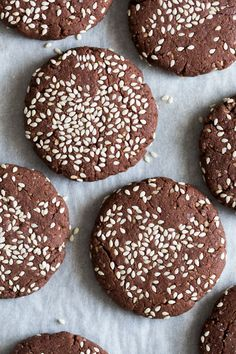 Our chocolate tahini cookies (buckwheat flour) are delicious, super easy to make and require only six ingredients. They're vegan, gluten-free and refined sugar-free to boot! Baking Recipes, Cookie Recipes, Dessert Recipes, Vegan Recipes, Chocolate Cookies, Vegan Chocolate, Chocolate Muffins, Tahini Cookies Recipe, Patisserie Vegan