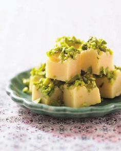 Valkosuklaa-pistaasifudge // Fudge with white chocolate and pistachios www.norrmejerier.se