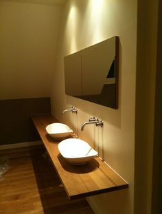 Eiken blad en spiegelkast in badkamer Oak blade with mirrorcabin in bathroom
