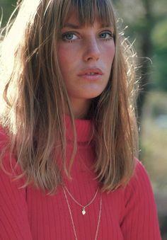 70年代を代表するファッションアイコンの一人、ジェーン・バーキン。あどけない少女のようなキュートなルックスで多くの女姓のあこがれに。そんなジェーン・バーキンのような、眉下くらいの透け感のある前髪とちょっぴりボサッと感のある髪型が、今年の秋ファッションとの相性がとってもいいんです♡