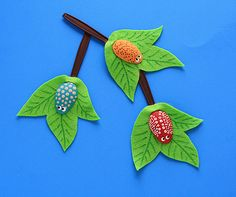 Plastic Spoon Craft: Bugs on a Branch - Crafts by Amanda OH MY GOSH! I love this ADORABLE craft -- Plastic Spoon Craft: Bugs on a Branch by Amanda Formaro of Crafts by Amanda Should you love arts and crafts you will really like this cool website! Projects For Kids, Craft Projects, Crafts For Kids, Arts And Crafts, Craft Ideas, Play Ideas, Fun Ideas, Plastic Spoon Crafts, Plastic Spoons