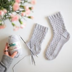 Baby Booties Knitting Pattern, Crochet Shoes Pattern, Crochet Socks, Lace Knitting, Diy Crochet, Knitting Socks, Knitting Patterns, Beginner Knitting Projects, Knitting For Beginners