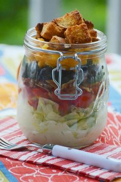 Single serve wedge salad in a jar easy mason jar meals for the person on the go Mason Jar Lunch, Mason Jar Meals, Meals In A Jar, Canning Jars, Best Salad Recipes, Jar Recipes, Juice Recipes, Detox Recipes, Cake