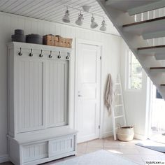 lantligt,förvaring,hall,vitt,skåp Rustic Interiors, Home Fashion, Mudroom, Laundry Room, Entryway, Shabby Chic, House Ideas, Cottage, Flooring