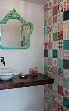 lavabo fofo. espelho combinando com os ladrilhos da parede