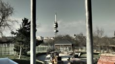Žižkovská televizní věž, pohled přes dětská hřiště na Parukářce Cn Tower, Building, Travel, Voyage, Buildings, Viajes, Traveling, Trips, Construction