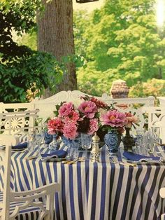 Beautiful blue and white tablescape for alfresco dining by Carolyn Roehm Blue And White China, Blue China, Mantel Azul, Dresser La Table, Grand Art, Home Modern, Beautiful Table Settings, Chinoiserie Chic, Al Fresco Dining