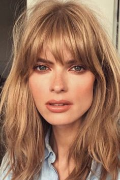 37 Cream Blonde Hair Color Ideas for This Spring Cream Blonde Hair Color Healthy cream blonde curls seem like an unattainable dream for any beauty who want to brighten their hair. It is not so easy t. Bobbed Hairstyles With Fringe, Fringe Haircut, Choppy Bob Hairstyles, Long Face Hairstyles, Cream Blonde Hair, Blonde Curls, Blonde Hair With Bangs, Blonde Bob With Fringe, Balayage With Fringe