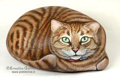 Chat peint sur un galet