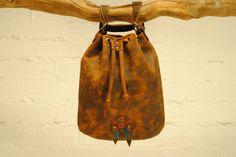Mochilas - Mochila-bolso de piel indi - hecho a mano por de-cuir en DaWanda #moda #hombre #modamasculina #bisuteríahombre #pulserashombre #DaWanda #fashion  #hechoamano #diseño #handmade #DIY
