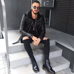 Yes or No? Via @gentwithstreetstyle Follow @mensfashion_guide for more! By @fio_11_ #mensfashion_guide #mensguides All Black Fashion, Dope Fashion, Fashion Moda, Urban Fashion, Mens Fashion, Black Outfit Men, Black Outfits, Dr. Martens, Dr Martens Outfit