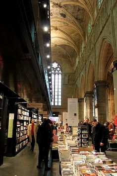 A visit to the bookshop Selexys Dominican in Maastricht, which is in a former Dominican church. Look at that ceiling! Plus books. Heaven.