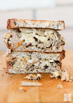 Pollo, queso, mostaza. Un batiburrillo que entre dos rebanadas de pan nos da una alegría y nos soluciona una cena o un almuerzo.