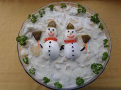A karácsonyi menü elmaradhatatlan fogásai, a rántott hal és a különféle töltött, göngyölt és sült húsok mellé az ünnepkor kicsit különlegesebb köret is dukál - ez pedig rendszerint valamilyen majonézes-tartármártásos saláta. Na, de milyen? Krumpli, rendben. Esetleg kukorica. De milyen variációk lehetnek még? Mutatjuk! Salad Design, Food Design, Christmas Appetizers, Christmas Decorations, Christmas Cooking, I Foods, Food Art, Buffet, Food And Drink