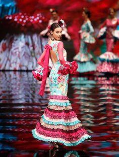 Simof 2017: el desfile de María Ramírez Flamencas, en fotos - Bulevar Sur Mexican Costume, Folk Costume, Costume Dress, Flamenco Dancers, Flamenco Dresses, Mode Glamour, Sexy Gown, Senior Girl Poses, Tribal Dress