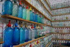 botellas-antiguas-sifones-gaseosas-cervezas coleccion-Ciudad-Real Old Bottles, Vintage Bottles, Telephone Seat, Cobalt Blue, Glass Bottles, Liquor, Old Things, Collections, Antiques