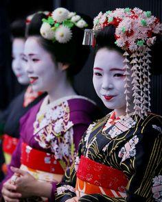 Geiko & Maiko — October Maiko Umekana (Umeno Okiya) of. Japanese Kimono, Japanese Art, Japanese Things, Kyoto, Kabuki Costume, Geisha Hair, Disney Princess Movies, Modern Kimono, Maneki Neko